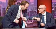 英國衛生大臣夏國賢(左)與意大利駐英大使特龍貝塔(Raffaele Trombetta,右)周日出席英國廣播公司(BBC)節目時,以手肘相碰替代握手打招呼。(法新社)