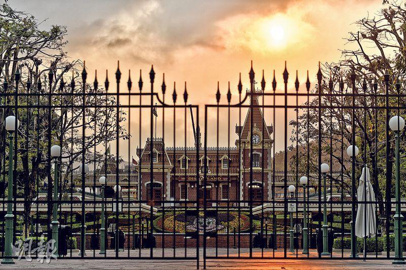 因疫情肆虐,香港迪士尼樂園自1月26日起暫停開放,至今未公布何時重開。(鍾林枝攝)