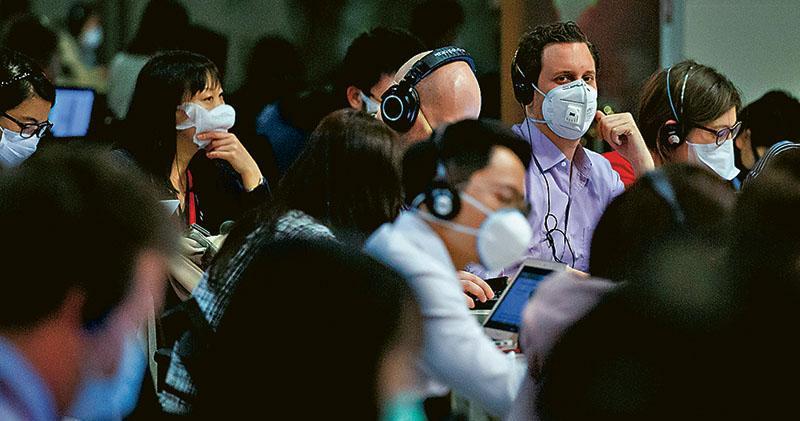 中美就記者採訪事宜爭拗,更牽連香港。在昨日中國外交部例行記者會上,仍有不少外籍記者的身影。(路透社)