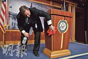 美國新冠肺炎疫情嚴重,參議院電台及電視記者席總監馬斯特里安(Mike Mastrian)周二在記者會開始前先為講台消毒。(法新社)