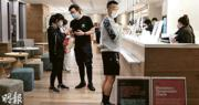 有確診者曾赴中環花園道中國工商銀行大廈的Pure Fitness健身,昨日本報記者到訪該店,店舖已暫時關閉,僅讓顧客取回個人物品。(曾憲宗攝)