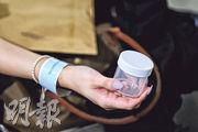 衛生署昨於香港機場為抵港者提供樣本瓶,檢疫者可自行在居所收集深喉唾液樣本,並透過親友交回13間指定診所檢驗。惟有獲發樣本瓶的抵港者稱,向她派發的職員沒指示清楚如何交還樣本瓶,須自行閱讀政府文件才理解。(林若勤攝)