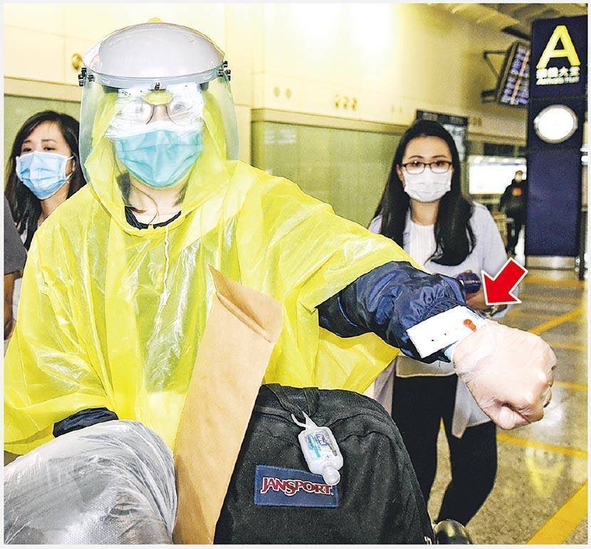 昨凌晨起,所有外地抵港者均須強制家居檢疫,有抵港者入境時獲發電子手帶(紅箭嘴示),他們亦獲發公文袋(中),內有衛生署防疫冊子及檢疫令等文件。(蔡方山攝)