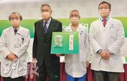 養和醫院副院長陳煥堂(右二)表示,該院2月至今已做超過500個新冠病毒測試,驗出4名初步確診病人。(黃心悅攝)