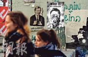 3月13日,在捷克首都布拉格市,人們路過已故的中國眼科醫生李文亮的海報。(路透社)