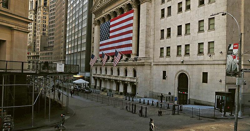 紐約疫情嚴重,連金融業地標的華爾街也變冷清。圖中的紐約證券交易所周三宣布暫時關閉交易廳,下周起暫時全面改成電子交易。(路透社)