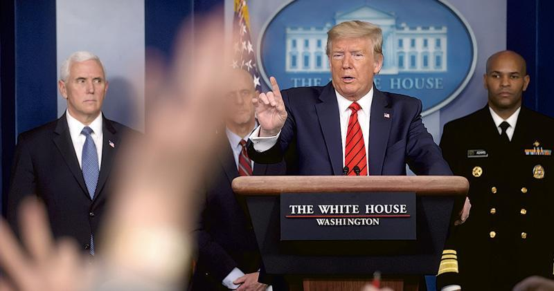 《華盛頓郵報》記者在周四(19日)白宮記者會上拍攝到,放在美國總統特朗普面前的講稿中,「Corona Virus」一詞的「Corona」被用筆劃掉,其上方有手寫的「Chinese」。(路透社)