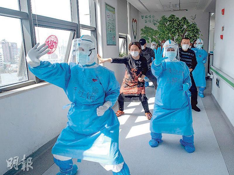 由內蒙古馳援武漢的醫護人員,昨在武漢肺科醫院帶領病人做中國傳統氣功八段錦。在今次抗疫過程中,中醫藥被指對醫治新冠肺炎發揮作用。(新華社)