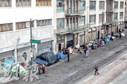 加州周四下「禁足令」,要居民留在家中,如何安置全州15萬露宿者成難題,州長估計可能多達6萬露宿者感染。在洛杉磯,露宿者周四在街頭搭帳篷聚居。(法新社)