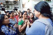 2012年新德里巴士輪姦案死者的母親(中)昨在支持者簇擁下,對害死愛女的強姦犯伏法,感到欣慰。(法新社)