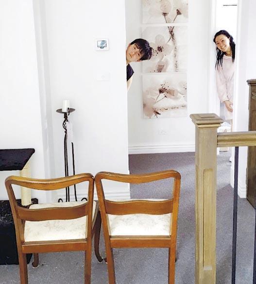抵達澳洲後,李女士(右)和兒子(左)隨即在親友家中展開14天家居檢疫。親友用圖前方的椅子在家中劃出「隔離區」,兩人不可越過。(受訪者提供)