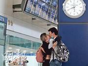 政府宣布明日凌晨起禁止所有非本港居民從機場入境,為期14日。在肺炎疫情陰霾下,昔日人來人往的機場因航班大減變得冷清,每個重逢更顯珍貴,有情人在接機相見後暫時脫下口罩接吻。(馮凱鍵攝)
