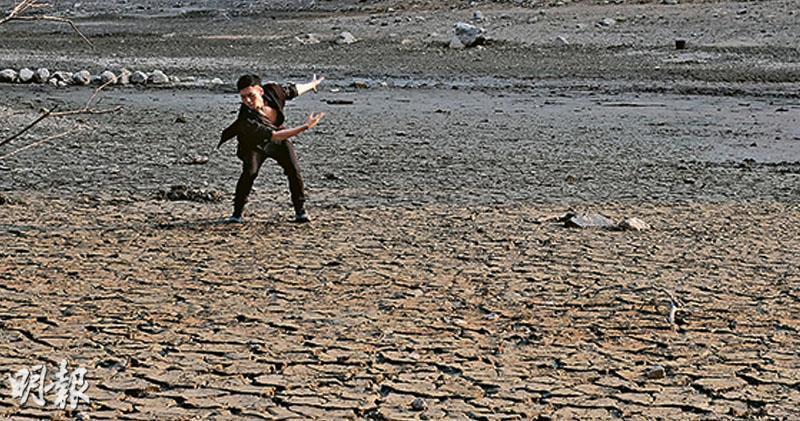 天文台預測今年氣溫偏高,雨量較正常至偏少。近日本港雖然曾下雨,惟無助粉嶺流水響水塘儲水,水揮發見底,「天空之鏡」消失,有市民更走到塘底起舞。(賴俊傑攝)