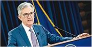 新冠肺炎擴散,聯儲局昨晚再召開緊急會議,「拍心口」推出無上限買債計劃。圖為聯諸局主席鮑威爾。(法新社)
