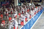 近日,武漢各企業開始陸續復工復產,在當地車企工廠總裝車間的流水線上,工人保持兩米距離吃午飯。(新華社)