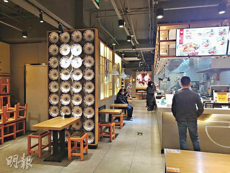 北京一家麵館內,即使在晚飯時間高峰期,全店僅有一名食客,其餘顧客都是點餐打包外賣,各人全程都戴上口罩。(鄭海龍攝)