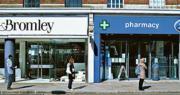 昨日英國倫敦有市民彼此相距大約2米,排隊輪候進入藥房購物。(路透社)