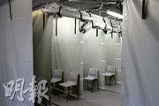 公立醫院負壓隔離病房使用量持續上升,醫管局昨公布本周開始在各急症室設立分流檢測站,讓部分個案在該處等候化驗結果,不再留在隔離病房。圖攝於昨午伊利沙伯醫院急症室分流站。(明報記者攝)