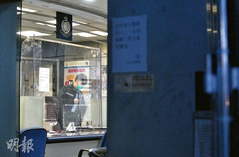 一名駐守深水埗警署的22歲女警員初步確診感染新型冠狀病毒,昨日深水埗警署門外所見,報案室內封上膠板。(林靄怡攝)