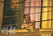 在巴西里約熱內盧,周二有一名婦女在窗邊敲鍋蓋,抗議總統博索納羅的抗疫政策。(路透社)