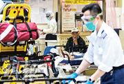 目前醫管局有約160萬個N95口罩,預計可維持約一個月用量,惟全球疫情緊張,N95供應相當不穩定。消息稱醫管局已「拍板」購買防毒面具(俗稱「豬嘴」)及濾芯以備不時之需。圖為伊利沙伯醫院急症室,醫護佩戴外科口罩。(賴俊傑攝)