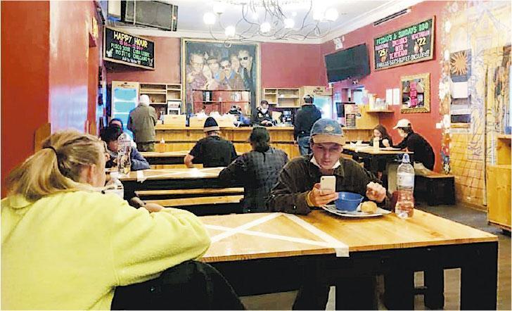 有滯留秘魯庫斯科的港人說,其民宿因有確診者而被封鎖,現時吃飯限時一小時,每人有自己一套餐具,在排隊領餐及吃飯時,每人都要相隔一米,餐桌上用膠紙劃出分隔區。(fb專頁「不想白活就變黑」提供)