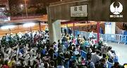 廣東前晚宣布,針對境外人員的入境隔離措施昨晨6時起納入港澳台居民。圖為澳門陸路口岸前晚人潮迫爆,趕在新措施生效前出境。(網上圖片)