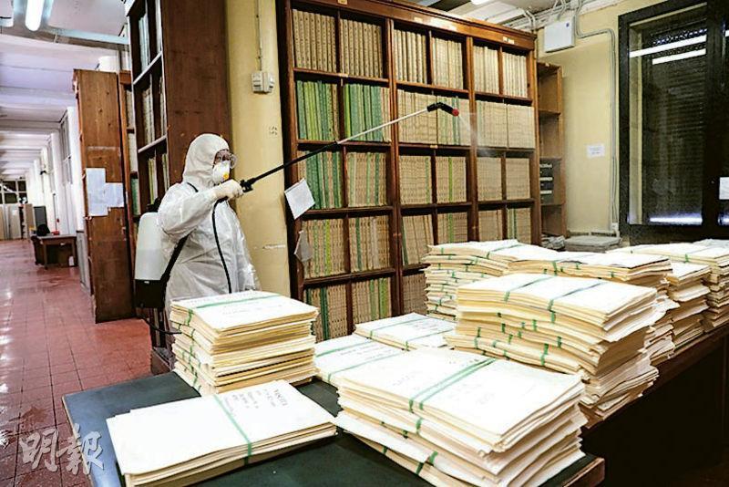 隨着疫情不斷擴散,意大利在全國各地展開消毒清潔行動,圖為首都羅馬的居民登記辦公室昨日有工作人員為文件檔案消毒。(路透社)