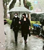 小S(左)昨穿著黑色衫,冒雨到靈堂拜祭好友劉真。