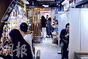 有小型食肆因店舖面積有限,枱與枱之間未能相隔1.5米,因此以易拉架分隔各枱。圖為尖沙嘴一家沾麵店。(賴俊傑攝)