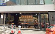 本港昨日新增一名酒吧顧客確診,他曾到中環雲咸街63號的「Draft Land」,早前已有其他患者到過該酒吧後確診。本報記者一個多星期前傍晚到該處了解,當時未見有客人光顧。(資料圖片)