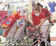 惠康超級市場宣布每人限購1包米,昨日中午在銅鑼灣惠康所見,有多個人一起買了3包米及數條廁紙,另買了十多樽醬油。(李紹昌攝)