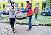 來自台灣的「社區志願者」一隊來自台灣的美食推廣團隊春節前到武漢,原籌備一場跨年燈會的小吃展銷,不料「封城」被困當地,其間他們成為社區志願者,其中一名成員(前右)為當地居民派送生活物資。(中新社)