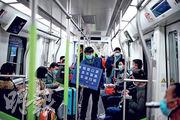武漢昨起恢復部分市內地鐵線。圖為列車工作人員舉牌提醒乘客「全程戴口罩,人員不聚集,下車請掃碼(掃描健康碼)」。(路透社)