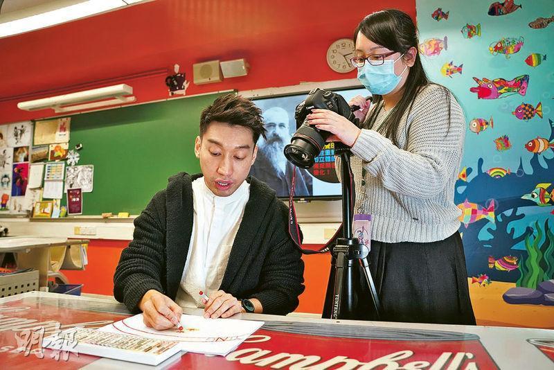 在新冠肺炎疫情下,英華小學視藝科教師伍家麟(左)於停課期間拍片教學生畫畫,他說雖然要花較多時間預備網上教材,但學生之後可上網重溫內容,有助鞏固所學。