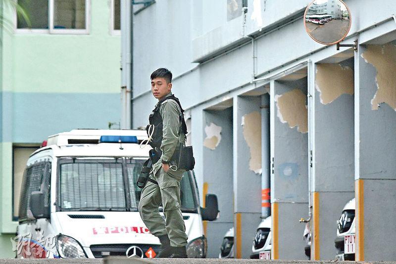 衛生防護中心表示,昨日確診的一名31歲男警在石硤尾警署工作,暫未知感染源頭。本報記者昨日所見,該警署有防暴警沒戴口罩(圖)。(林若勤攝)