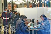全港食肆上周六(28日)傍晚起須遵照6項防疫要求。於昨日首個工作天,市民外出用餐意欲未減,午市時間觀塘一間食肆依然聚集不少食客,門外亦有人等位。該食肆選擇以膠板分隔食客,取代枱與枱相距1.5米的要求,在場食客幾乎「肩貼肩」。(楊柏賢攝)