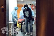 銅鑼灣柏寧酒店周日接獲衛生署通知,兩名住客確診新型病毒肺炎,由於被列為非緊急個案,事隔逾24小時至昨晚,救護車才到達酒店,由身穿保護衣的救護員帶走其中一名確診住客。(鍾林枝攝)