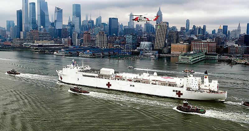 設有1000張病牀的美國海軍醫療船「安慰」號(USNS Comfort)周一進入紐約港,協助當地抗疫。(路透社)