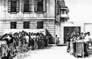 妻子和親屬到深水埗戰俘營送食物包裹。