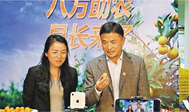 廣西40名縣長、市長化身KOL,在直播平台幫農民促銷。圖為廣西柳州市融安縣縣長陳文敏(右)正在直播。(網上圖片)