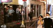 政府昨晚7時55分發新聞稿,公布今午6時起純粹或主要賣酒的酒吧須關閉14天。在關閉令生效前夕,中環蘇豪區昨晚仍有多人喝酒;另有人將口罩當頭箍戴。(林靄怡攝)