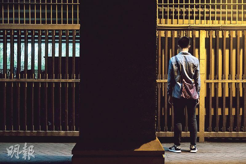 阿路(化名)透露,至今扣押逾140日的妹妹每次出庭都穿上白恤衫和黑色西裝外套,是家人特意將正裝送到羈押所替換,「希望給法官的印象好少少,可以增加保釋機會」,但5次保釋申請都被拒絕。(馮凱鍵攝)