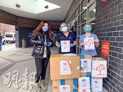 中國百名學者聯名寫公開信給美國社會,稱政治化、污名化聲音無助抗疫。而在美國爆發疫情後,當地華人和中資公司都曾向美國各界捐贈防疫物資。圖為上周有華裔自願者展示向紐約艾姆赫斯特醫院醫護人員捐贈的醫護裝備。(新華社)