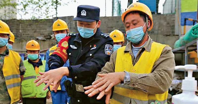 內地大部分地區陸續復工,昨日有南京鐵路公安到鐵路沿線附近的地盤向工人講解防疫知識。(網上圖片)