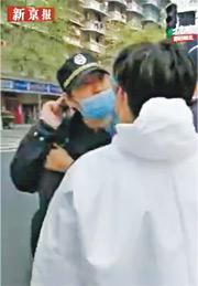 武漢前日發生城管拒測體溫,並辱罵防疫人員事件。官方昨稱已辭退3名涉事城管。(網上圖片)