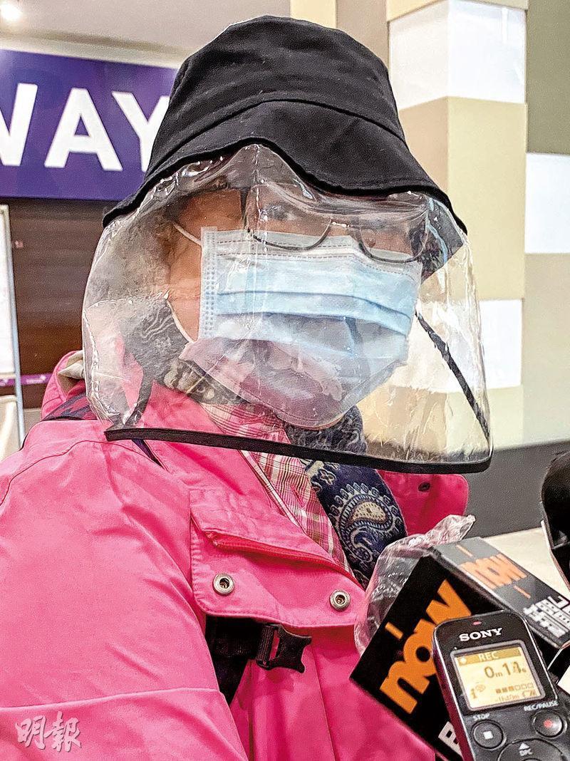 捷旅旅行團團友鄧女士表示,由秘魯返港後「安樂晒」,認為包機安排理想,只是「遲咗啲」。(鍾妍攝)