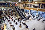 在印度艾哈邁達巴德,一批在全國封城令下流離失所的民工周一獲安排在一間商場內暫時棲身和吃晚餐。(法新社)