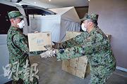 日本東京都政府昨開始將部分無症狀或輕症的患者,送到都內一間酒店接受觀察,其間自衛隊派員協助運送物資到酒店。(路透社)