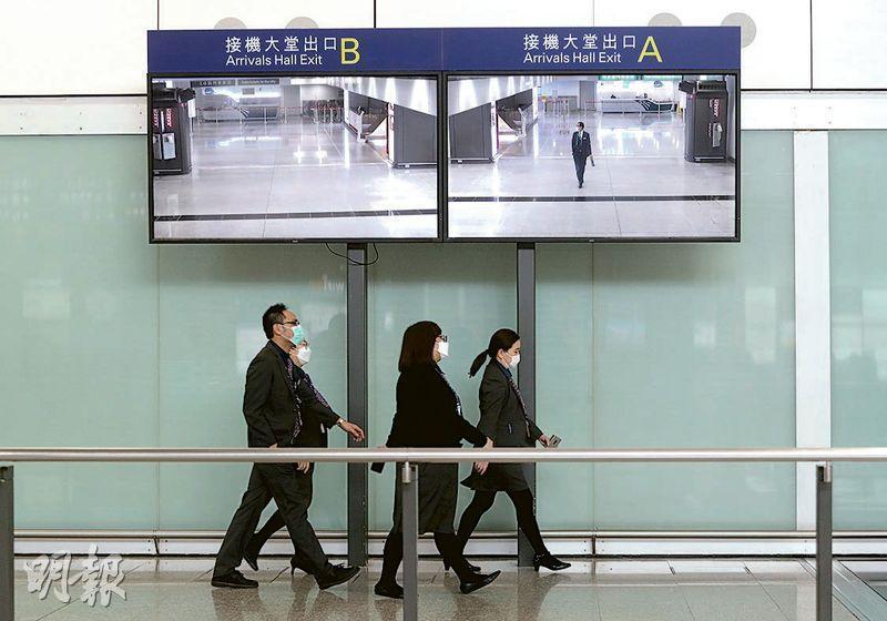 今日起,所有航班的抵港者須從機場乘坐接駁專車前往亞洲博覽館收集深喉唾液樣本,英國抵港者更須待到有化驗結果後方允離開,若呈陽性,則會直送醫院。圖為昨日機場情况,接機大堂人流稀少。
